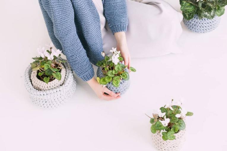 Kadın çiçekleri yerleştiriyor.