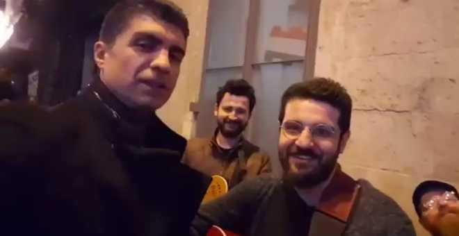 Photo of ÖZCAN DENİZ SOKAK MÜZİSYENLERİYLE ŞARKI SÖYLEDİ