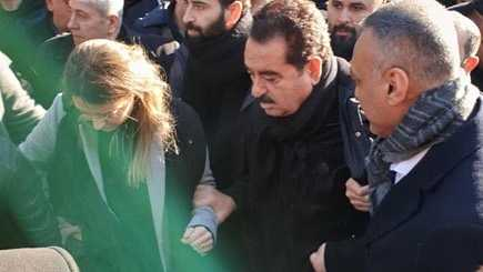 Photo of İbrahim Tatlıses annesi Leyla Tatlı'yı son yolculuğuna uğurladı!