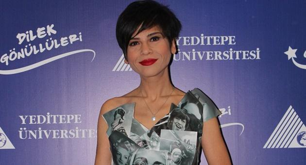 Photo of Aydilge ödül töreninde sıra dışı elbisesiyle mesaj verdi!