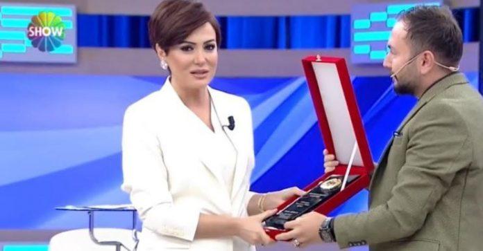 Didem Arslan Yılmaz'a yılın sunucusu ve haber spikeri ödülü verildi