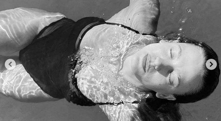 Hani deniz kızları gerçek değildi! Serenay Sarıkaya yine şaşırttı!