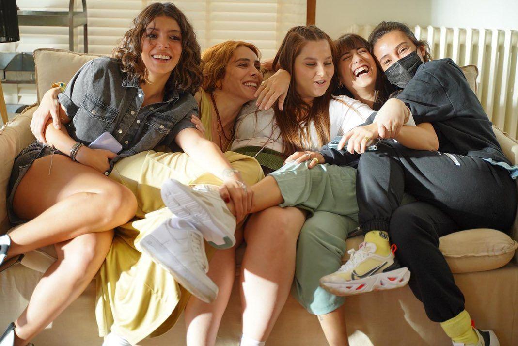'Benden Ne Olur?' filminin setinde eğlence tavan yaptı! Kadın oyuncuların kahkaha krizi