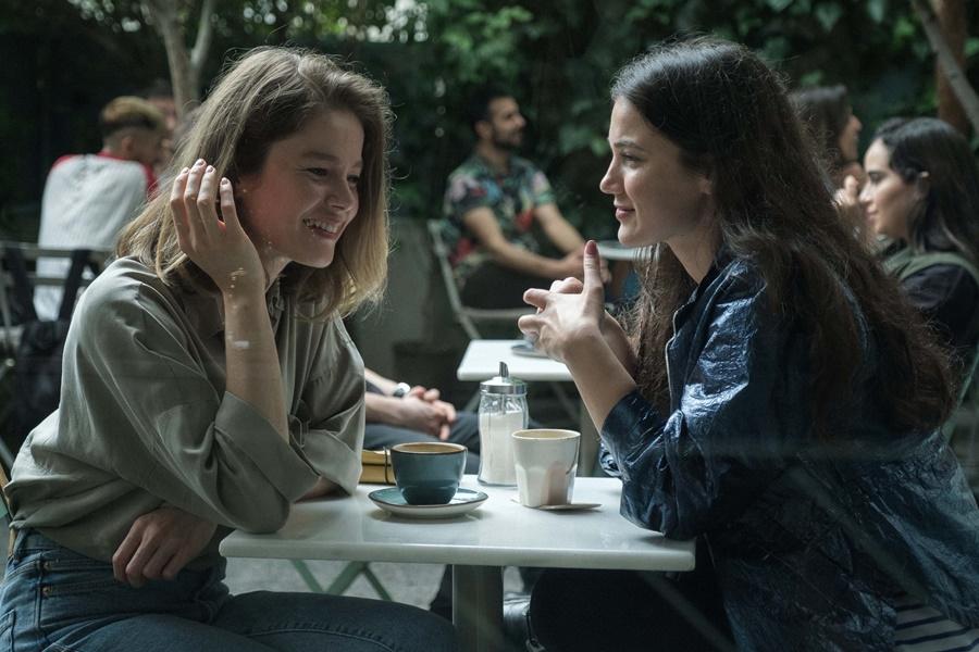 Burcu Biricik, Pınar Deniz ve Aras Aydın'ı Bir Araya Getiren İnsanlar İkiye Ayrılır Filminden İlk Fragman Yayınlandı