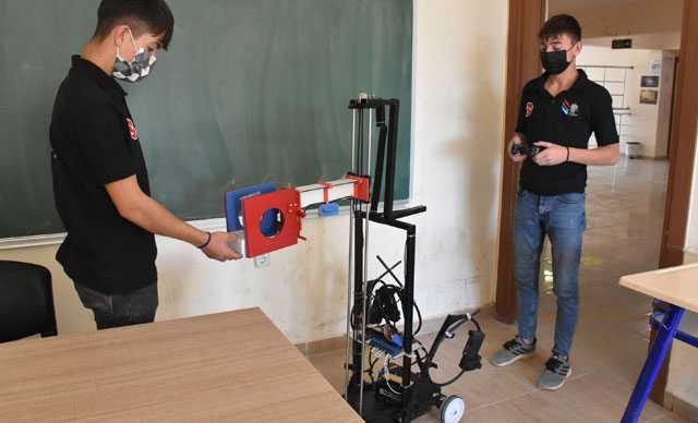 Hastalarla teması azaltmak için, ilaç dağıtan robot geliştirdiler