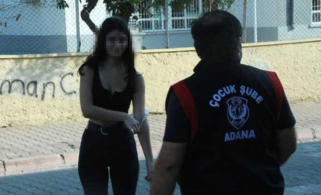 Maskesi kolunda olan genç kız, polisleri görünce yolunu değiştirdi